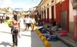 Los vendedores de ropa usada se han ubicado en los andenes, que fueron creados para los peatones. LA PRENSA/MELVIN RODRÍGUEZ