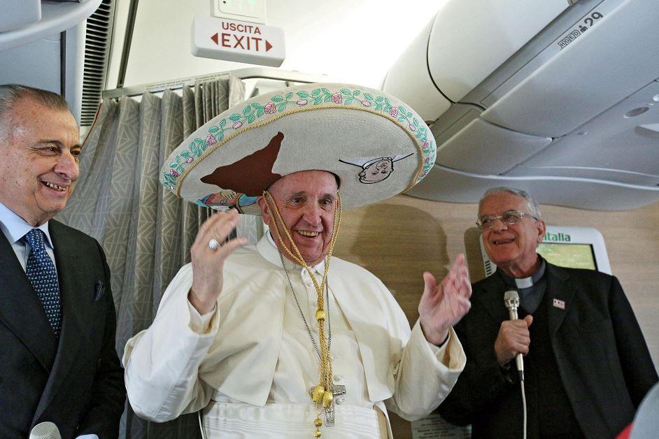 El papa Francisco (c) posa con un sombrero mexicano a bordo del avión que le llevará desde el aeropuerto Leonardo Da Vinci-Fiumicino de Roma (Italia) hasta la Habana, en Cuba. LA PRENSA/EFE