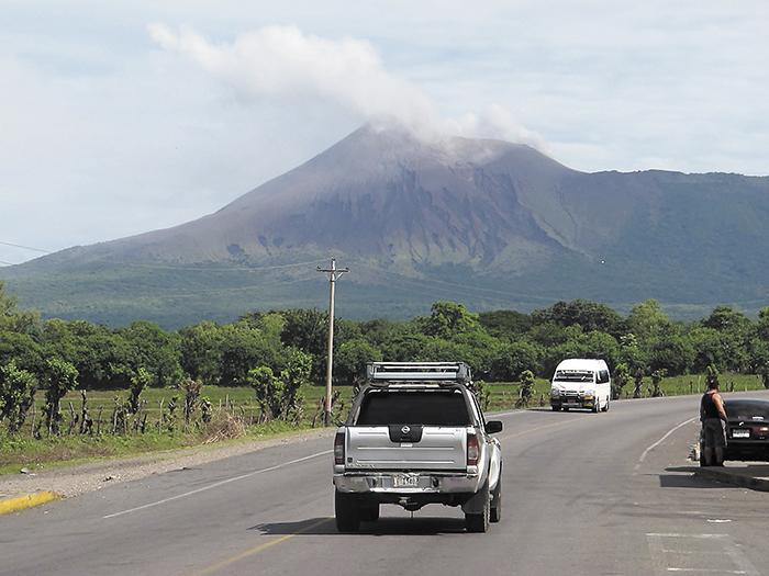 """El volcán Telica, situado en el """"cordón de fuego"""" del Pacífico y en la llamada """"cordillera de los volcanes"""" de Nicaragua, registró ayer 20 explosiones, con expulsión de gases y ceniza, informaron las autoridades. LAPRENSA/ARCHIVO"""