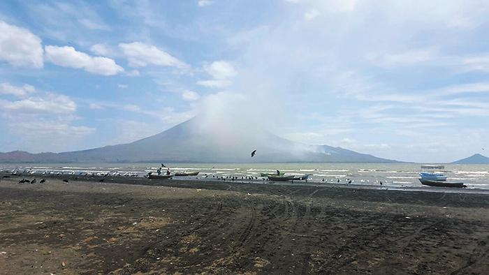 El volcán Momotombo registró este sábado una fuerte explosión que generó una columna de humo y vapor de 500 metros de altura sobre el cráter, informó el Ineter. LAPRENSA/CORTESÍA