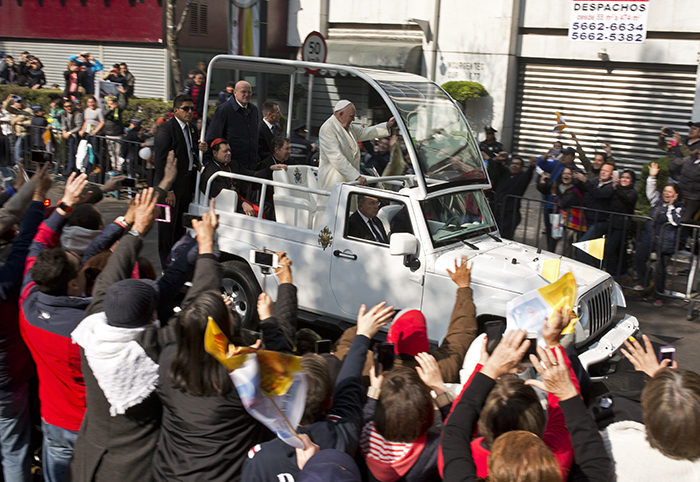 El papa Francisco en su recorrido rumbo a la misa en Ecatepec, México. LA PRENSA/AP/Enric Marti