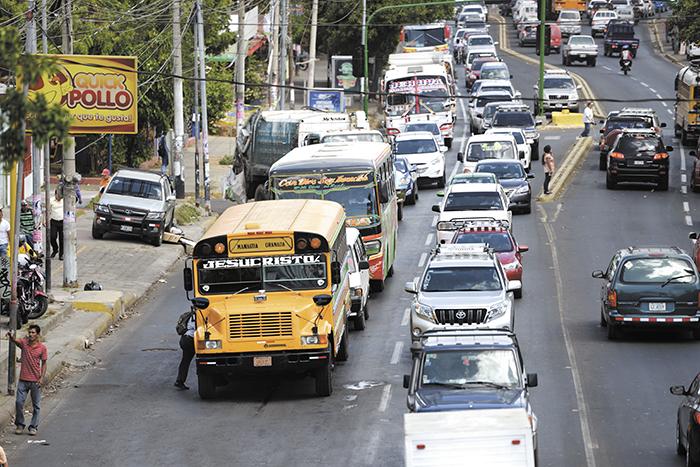 Los conductores de buses en la pista de la colonia Centroamérica suben pasajeros fuera de la bahía, creando atrasos en la circulación. LAPRENSA/M. VALENZUELA