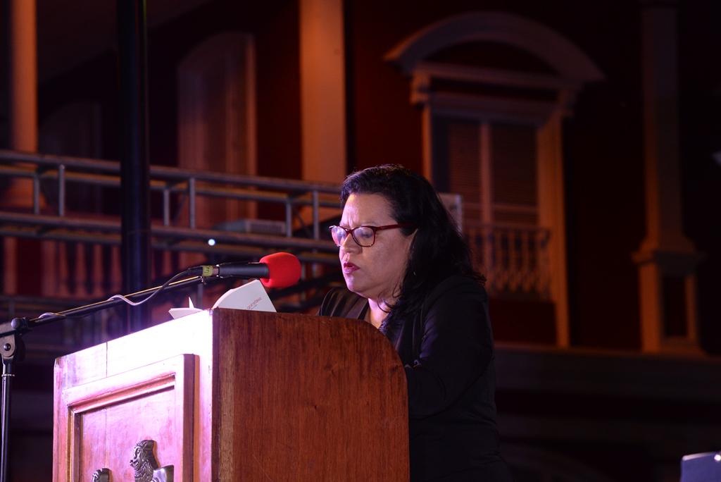 La poeta Marta Leonor lee sus versos en la Plaza de la Independencia de Granada LAPRENSA/ROBERTO FONSECA