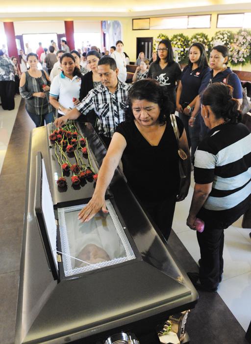Trabajadores y exalumnos de Fe y Alegría colocaron rosas rojas en el féretro del padre Fernando Cardenal. LA PRENSA/U. MOLINA