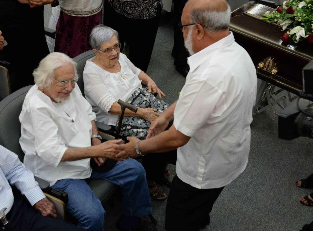 Ernesto Cardenal, hermano del padre Fernando Cardenal, recibe condolencias.