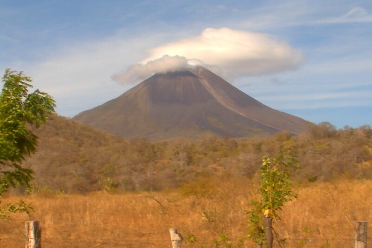 "Volcán Momotombo crea fenómeno de ""nube lenticular"""