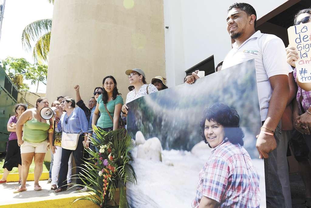 Grupos de mujeres protestan frente a la Embajada de Honduras en Managua, exigiendo justicia por el asesinato a tiros de Berta Cáceres, activista indígena en ese país. LA PRENSA/L. VILLAGRA