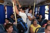 Conductores aún llevan gente de pie