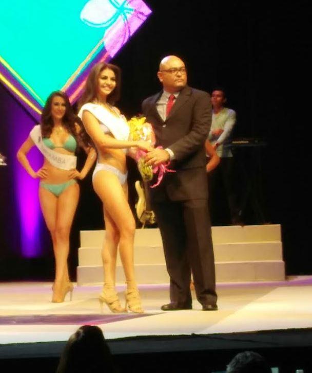 Jahaira Rosales, representante de Juigalpa, Chontales, recibiendo el premio de Señorita LA PRENSA.