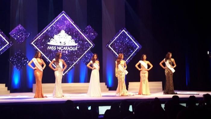 Primer grupo de candidatas a Miss Nicaragua 2016 desfilando en traje de noche.