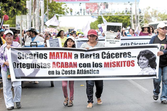 En mantas, fotos y consignas las mujeres recordaron a Berta Cáceres, una de las principales líderes indígenas en Centroamérica y luchadora de sus derechos sociales y ambientales. LAPRENSA/J. TORRES