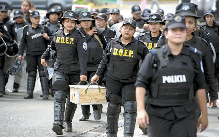En los últimos años han incrementado las críticas hacia la Policía Nacional por reprimir manifestaciones pacíficas. La caja que cargaban las agentes, contenía bombas lacrimógenas. LAPRENSA/M. ESQUIVEL