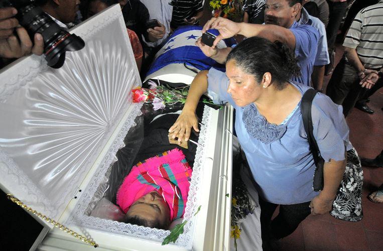 Un grupo de personas rodea el féretro de la líder indígena hondureña Berta Cáceres este jueves 3 de marzo, en Tegucigalpa (Honduras). LA PRENSA/EFE