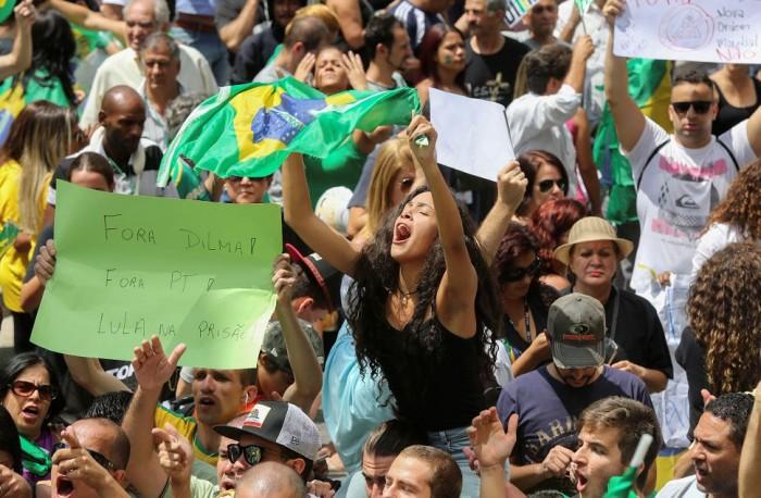 Manifestantes protestan contra el nombramiento del expresidente Luiz Inácio Lula da Silva como ministro de la Presidencia , en la Avenida Paulista de Sao Paulo (Brasil).