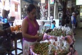 Frutas de verano entre ellas el mango caras y escasas