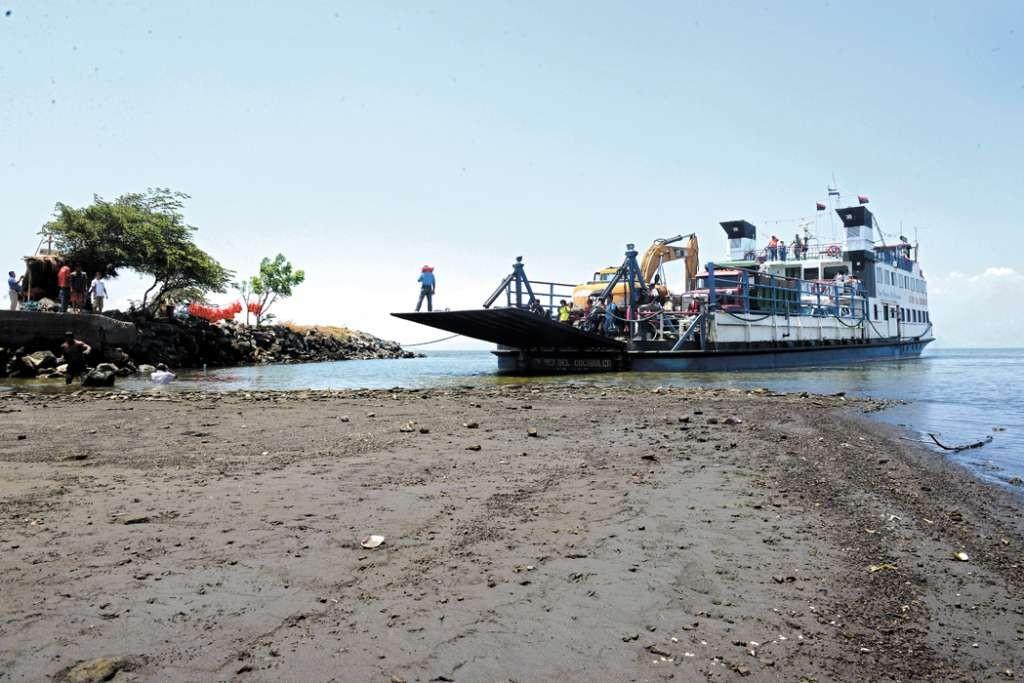 El ferri Rey del Cocibolca demoró casi media hora atascado antes de atracar en el muelle de San José en la isla de Ometepe. LA PRENSA/ L. VILLAGRA