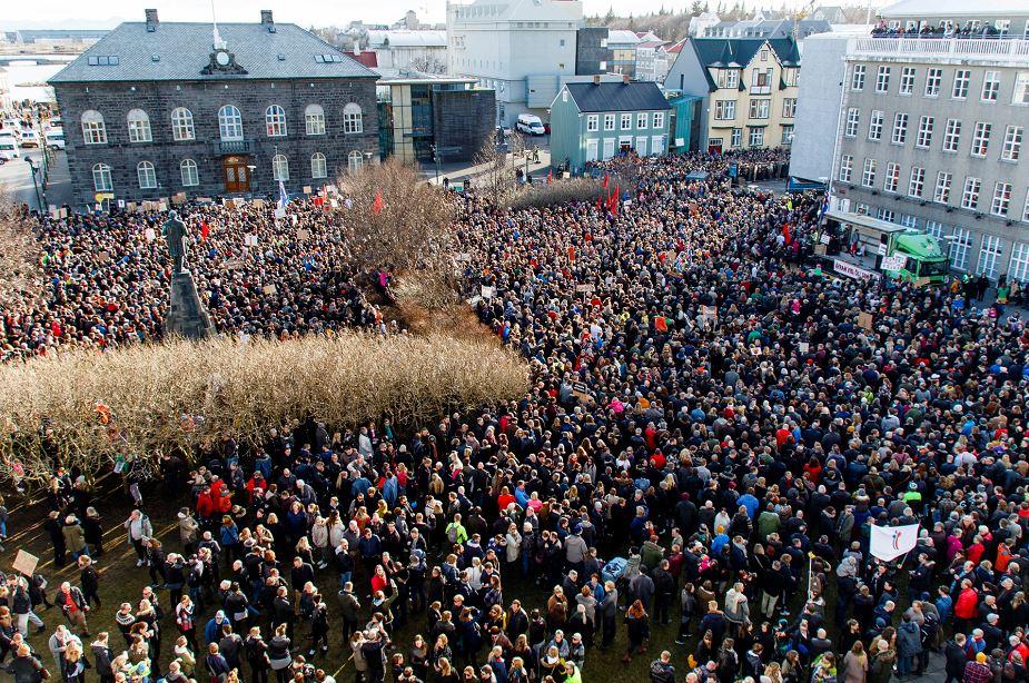 """Manifestantes se concentran durante una protesta que pide la renuncia del primer ministro islandés, Sigmundur David Gunnlaugson, luego de conocerse los denominados """"papeles de Panamá"""", que han revelado que junto a su esposa tuvo una empresa en un paraíso fiscal. LA PRENSA/EFE"""