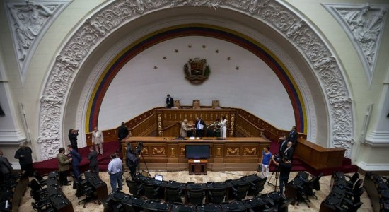Parlamento venezolano destituye al ministro de Alimentación
