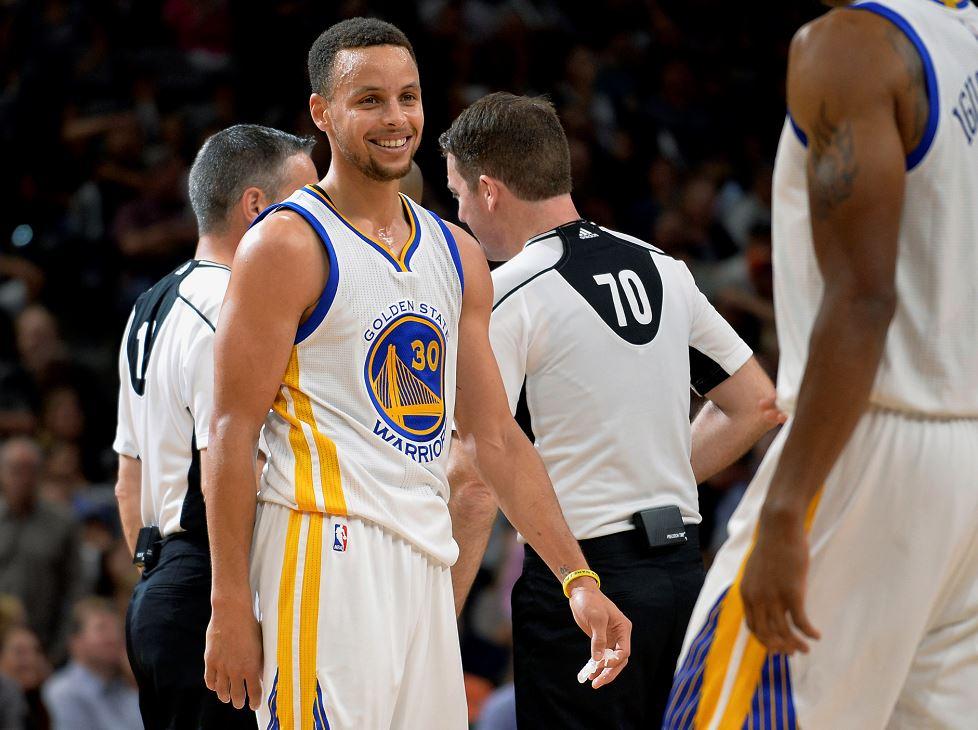 Los Golden State Warriors le ganaron a los Spurs de San Antonio y lograron empatar el récord de 72 victorias en una temporada regular de la NBA. LA PRENSA/AP Photo/Darren Abate