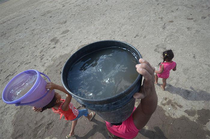 Pobladores tan cerca, pero lejos del agua del lago Cocibolca tienen que hacer varios viajes sacar agua para hacer las labores del hogar.