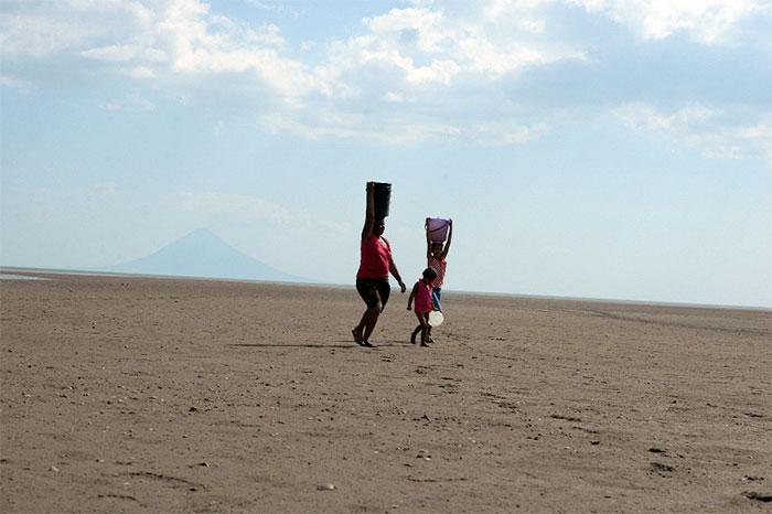 Mujeres y niñas se arriesgan todos los días para ir a bañarse al lago Cocibolca y traer agua para sus casas.
