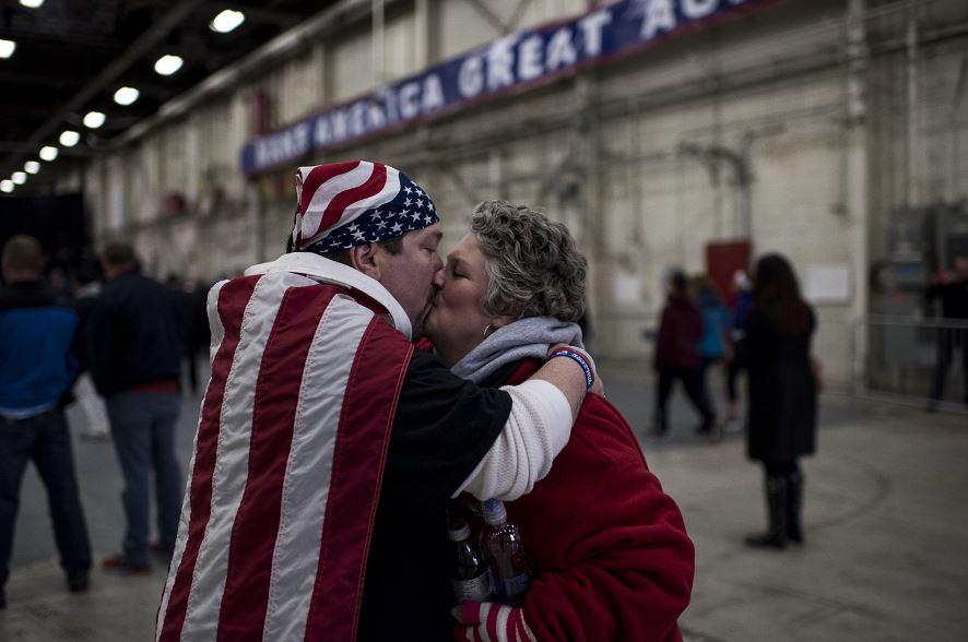 Partidarios del candidato presidencial republicano Donald se besan en Bethpage , Nueva York, el 6 de abril. LA PRENSA/AFP/Getty Images/Andrew Renneisen