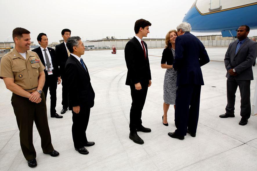 El secretario de Estado estadounidense, John Kerry, saluda a la embajadora en Japón Caroline Kennedy con un beso en la estación de Iwakuni Marine Corps Air, Japón el domingo , 10 de abril de 2016. LA PRENSA/AP/Jonathan Ernst