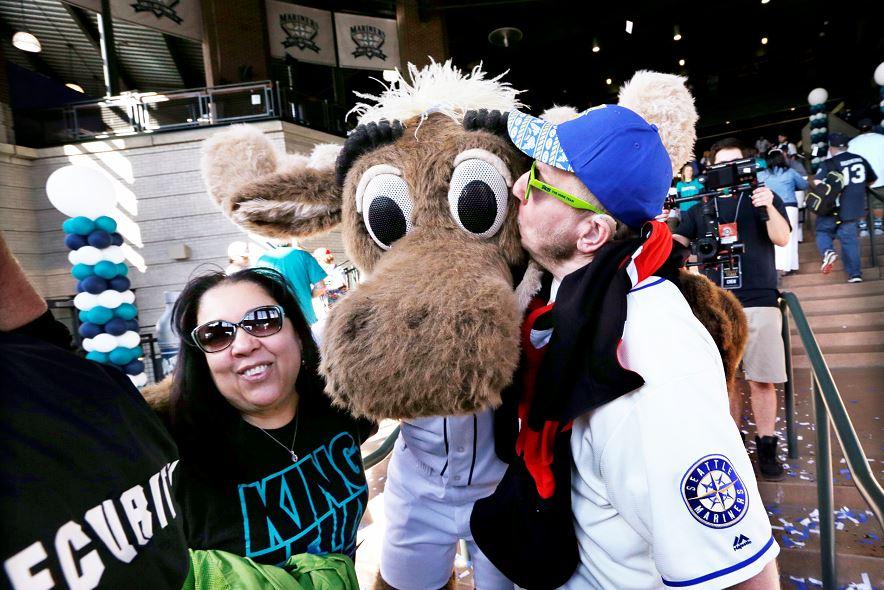 Un fan de los Marineros de Seattle besa a la mascot del equipo a las puertas del equipo de béisbol el 8 de abril de 2016. LA PRENSA/AP/Elaine Thompson