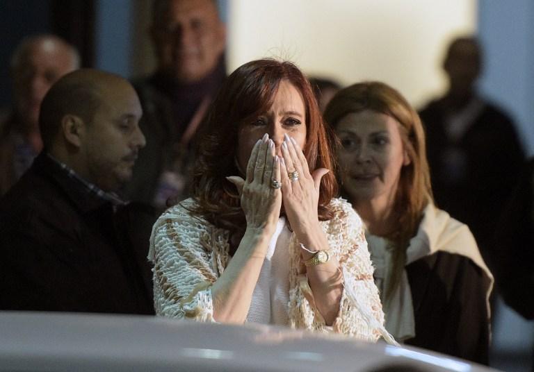 La expresidenta de Argentina, Cristina Fernandez de Kirchner, mandando un beso a sus seguidores al arribar al aeropuerto de Buenos Aires el 11 de abril de 2016. LA PRENSA/AFP/Juan Mabromata