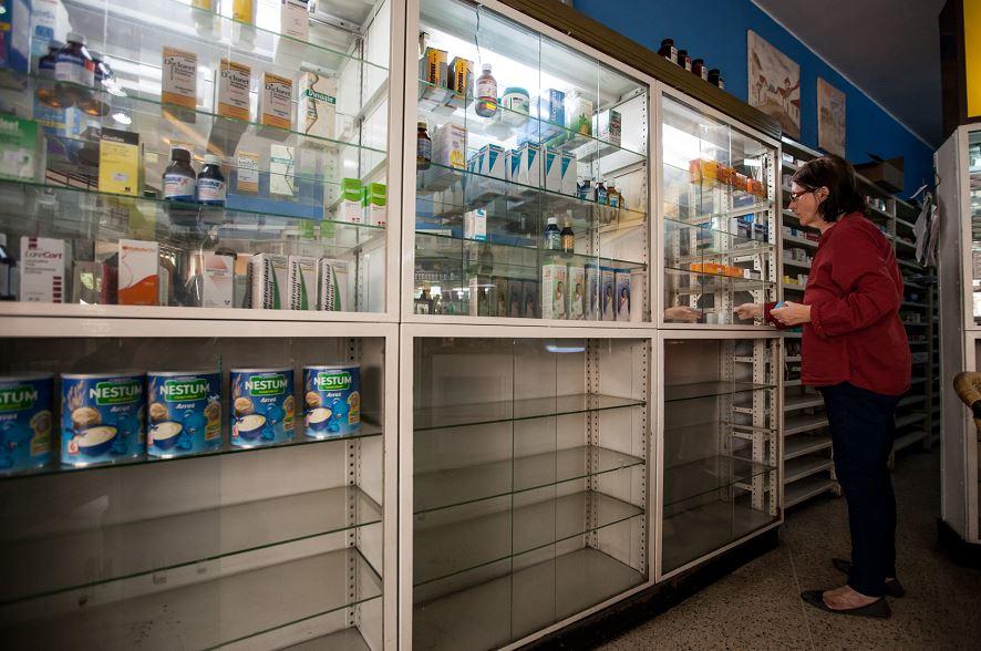 """Beatriz Gorostiza, una de las encargadas de la farmacia """"San Vicente"""", busca medicamentos en un estante el jueves 14 de abril del 2016 en la ciudad de Caracas.LA PRENSA/EFE"""