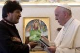 Evo Morales regala al papa Francisco libros sobre los beneficios de la hoja de coca
