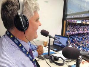 Enrique Oliú narra y comenta junto a su colega de cabina Ricardo Taveras desde el estadio de los Rays de Tampa Bay, el Tropicana Field.