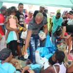 El cubano Franklin Rodríguez (c) y otros migrantes isleños entregan bebidas y alimentos a parte de los 500 migrantes africanos que están varados entre Costa Rica y Panamá en Paso Canoas. LA PRENSA/EFE/ARCHIVO