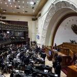 El presidente de Ecuador, Rafael Correa (d) presenta este martes 24 de mayo, su último informe a la nación, tras nueve años de un Gobierno que comenzó en 2007, en la sede de la Asamblea Nacional en Quito (Ecuador). LA PRENSA/EFE