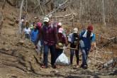 Estudiantes llevan agua y alimentos a monos afectados por sequía en Rivas