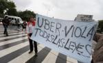 Sindicatos de taxistas argentinos protestan contra la llegada de la aplicación de servicios de transporte Uber, realizando cortes en puntos neurálgicos de Buenos Aires. LA PRENSA/EFE/DAVID FERNÁNDEZ