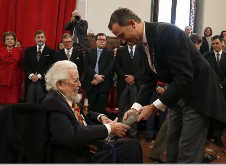 El rey Felipe VI entrega al escritor mexicano Fernando del Paso el Premio Cervantes, máximo galardón de las letras en castellano, durante el solemne acto celebrado hoy en el Paraninfo de la Universidad de Alcalá de Henares, en el Día Internacional del Libro, cuando se conmemora el 400 aniversario de la muerte de Miguel de Cervante. LA PRENSA/EFE/Javier Lizón