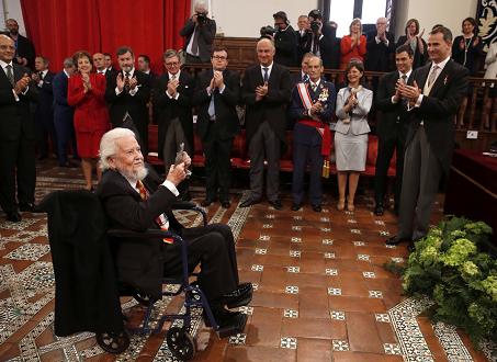 El rey Felipe VI aplaude al escritor mexicano Fernando del Paso tras hacerle entrega del Premio Cervantes, máximo galardón de las letras en castellano, durante el solemne acto celebrado hoy en el Paraninfo de la Universidad de Alcalá de Henares, en el Día Internacional del Libro, cuando se conmemora el 400 aniversario de la muerte de Miguel de Cervante. EFE/Javier Lizón