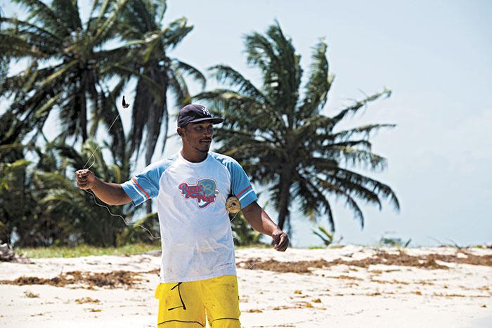 Wilbert Campbell pescó tortugas desde adolescente, ahora intenta sobrevivir con el turismo comunitario y alternativo en los Cayos Perlas. LA PRENSA/ L. VILLAGRA