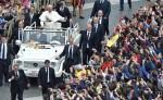 Francisco en el Vaticano en su coche abierto al final de una misa celebrada por el Jubileo de los Jóvenes , que forma parte de las actividades del año Santo. LA PRENSA/EFE