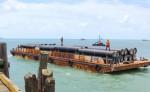 Hoy se realizará el tercer y último desembarque de tuberías y accesorios en el muelle de Bilwi. LA PRENSA/CORTESÍA