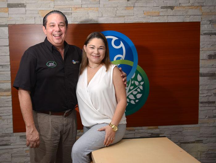 Gunter Flores, nicaragüense, lleva más de 25 años de conocer a Mariela Montero, la tica de su vida. LA PRENSA/Manuel Esquivel.