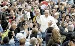 El papa hizo un llamado a los fieles a caminar  por el camino de la luz y les recordó que la mentira es la excusa del demonio. LA PRENSA/ EFE