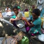 Mujeres en India recolectan agua para combatir las altas temperaturas en ese país, que vive un periodo de sequía. LA PRENSA/AP/Channi Anand