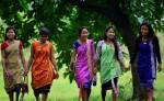 Mujeres de la tribu Karbi visten de forma tradicional para asistir al festival Domahi en India. LA PRENSA/EFE