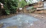 Una familia vive justo en el sitio por donde circulan las aguas de un cauce natural.  Ellos aseguran que el terreno lo compraron a la Alcaldía hace diez años. LA PRENSA/M. GARCÍA