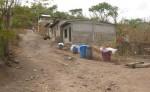 Los pobladores caminan  unos 200 metros cuesta arriba con los baldes llenos de agua. LA PRENSA/M.RODRÍGUEZ