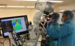 Esta foto proporcionada por Axel Krieger / Science Translational Medicine muestra el Dr. Azad Shademan y Ryan Decker durante la anastomosis supervisada autónoma in vivo intestinal realizado por el robot autónomo de tejido inteligente ( STAR) . LA PRENSA/AP