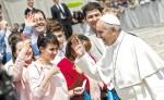 El papa Francisco saluda a fieles católicos cuando se dirigía  a una de sus acostumbradas misas en su residencia de Santa Marta, en el Vaticano. LA PRENSA/ EFE