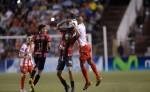Jonathan Mosquera, defensor del Real Estelí, gana el balón Bernardo Laureiro del Ferretti. LAPRENSA/ JORGE TORRES